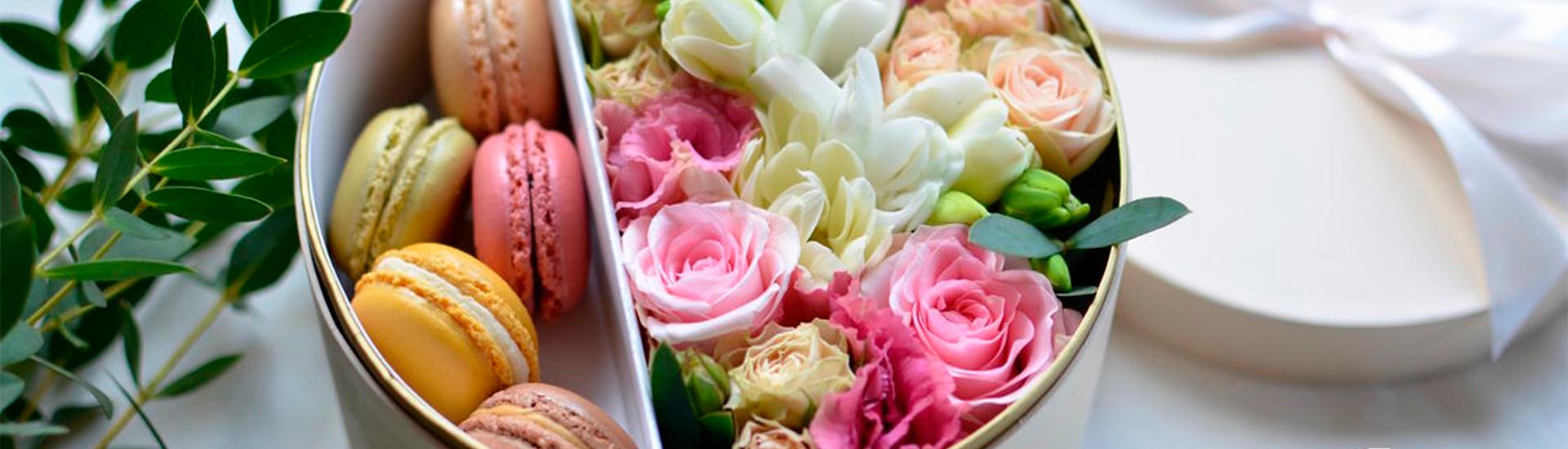 Цветы в подарочных коробках с макаронс