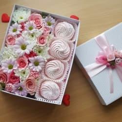 Цветы в подарочных коробках с зефиром