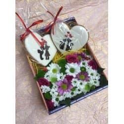 Цветы в подарочных коробках с пряниками