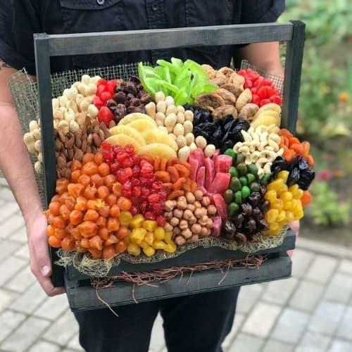 Ящик с орехами и сухофруктами