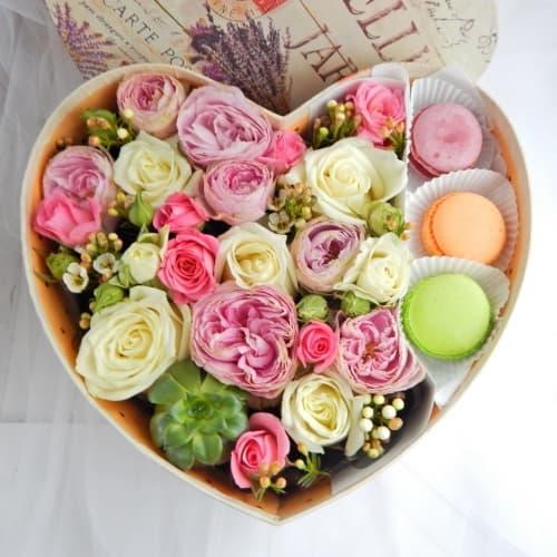 Коробка с цветами и макаронс №2