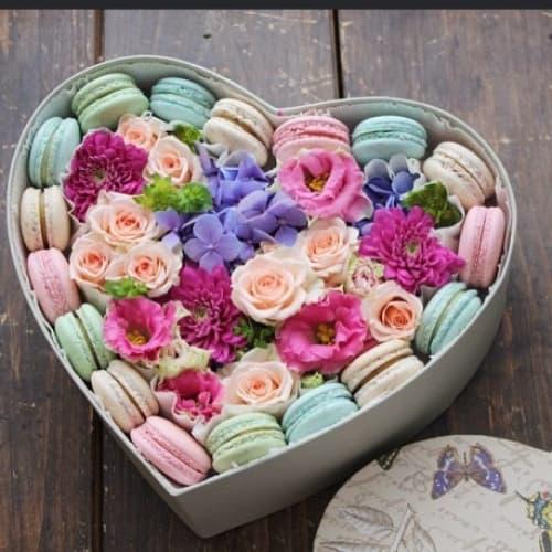 Коробка с цветами и макаронс №3