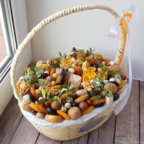 Корзина с орехами и сухофруктами №2
