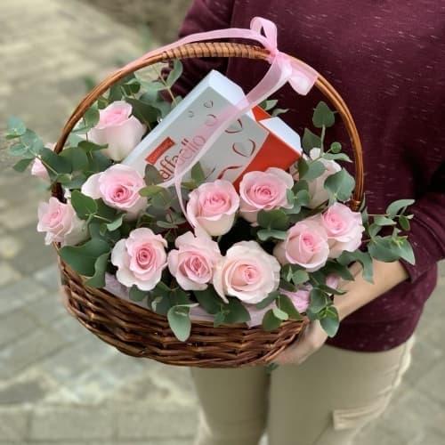 Корзина с розами и Raffaello