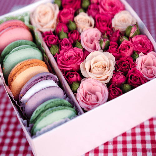Коробка с цветами и макаронс №24