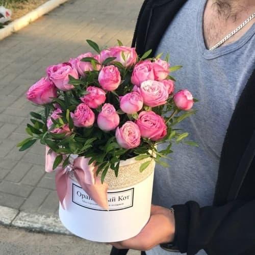 Пионовидные розы в белом цилиндре