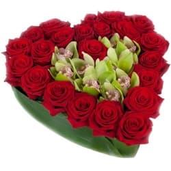 Сердце из роз и орхидеи в коробке