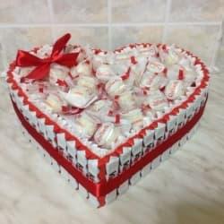 Сердце из 48 шоколадок kinder и конфет Raffaell