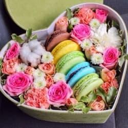 Коробка с цветами и макаронс №6