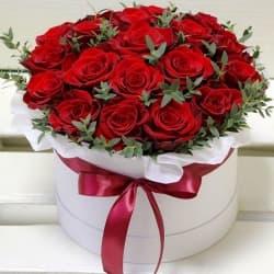 """Красные розы в шляпной коробке """"Самой лучшей"""""""