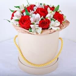 """Розы и альстромерии в шляпной коробке """"Про любовь"""""""